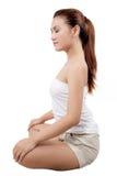 Donna asiatica che fa yoga nella posizione meditating Fotografie Stock