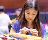 Donna asiatica che gioca con il giocattolo educativo fotografie stock libere da diritti