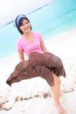 Donna asiatica che gode essendo dalla spiaggia tropicale Fotografia Stock Libera da Diritti