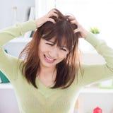 Donna asiatica che graffia testa che prude immagini stock