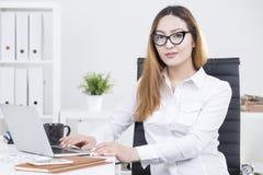 Donna asiatica che lavora al progetto Immagine Stock