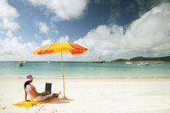 Donna asiatica che lavora alla spiaggia immagini stock libere da diritti