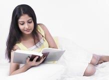 Donna asiatica che legge un libro immagini stock libere da diritti