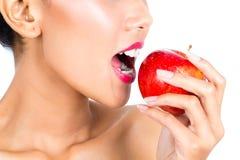 Donna asiatica che mangia Apple Fotografia Stock Libera da Diritti