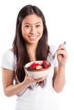 Donna asiatica che mangia frutta immagini stock libere da diritti