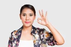 Donna asiatica che mostra gesto GIUSTO Fotografia Stock Libera da Diritti