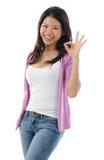 Donna asiatica che mostra il segno giusto della mano Fotografie Stock