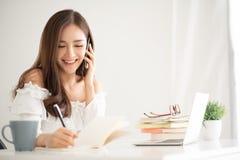 Donna asiatica che parla con il cliente immagine stock