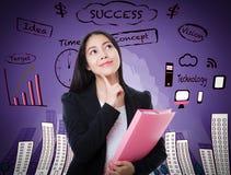 Donna asiatica che pensa molte idee sul fondo di affari Immagini Stock Libere da Diritti