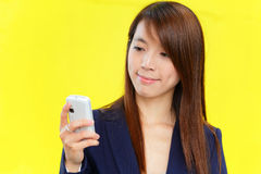 Donna asiatica che per mezzo del telefono mobile Fotografie Stock Libere da Diritti
