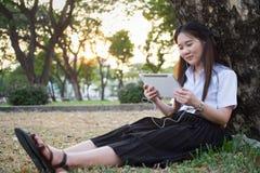 donna asiatica che per mezzo della compressa Immagini Stock Libere da Diritti