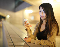 Donna asiatica che per mezzo dello smartphone immagine stock libera da diritti
