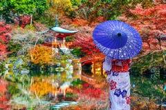 Donna asiatica che porta kimono tradizionale giapponese in tempio di Daigoji, Kyoto Stagioni di autunno del Giappone immagini stock