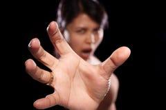 Donna asiatica che prova a raggiungere fotografie stock libere da diritti