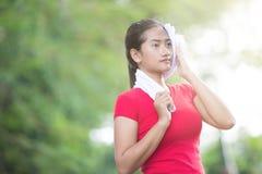 Donna asiatica che pulisce il suo sudore dopo l'esercizio Fotografia Stock