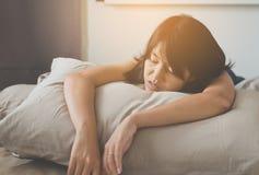 Donna asiatica che russa perché dovuto stanco di lavoro, snor femminile mentre dormendo sul letto immagine stock