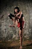 Donna asiatica che si esercita in inscatolamento tailandese di Muay Fotografia Stock