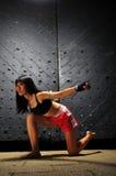 Donna asiatica che si esercita in inscatolamento tailandese di Muay Fotografie Stock Libere da Diritti