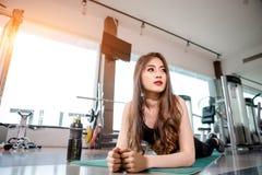 Donna asiatica che si esercita nella palestra Fotografia Stock Libera da Diritti
