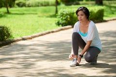 Donna asiatica che si ferma mentre pareggiando Fotografia Stock Libera da Diritti