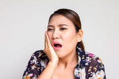 Donna asiatica che soffre dal mal di denti Fotografia Stock Libera da Diritti