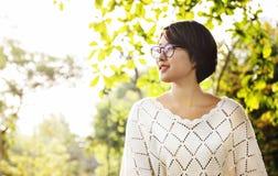 Donna asiatica che sogna sorridere fuori del concetto Immagine Stock Libera da Diritti