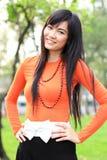 Donna asiatica che sorride nella sosta Immagine Stock Libera da Diritti