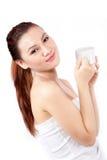 Donna asiatica che sorride tenendo una tazza Immagine Stock Libera da Diritti