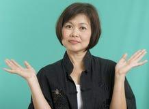 Donna asiatica che tiene le sue mani in su fotografie stock