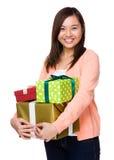 Donna asiatica che tiene molto contenitore di regalo Fotografia Stock