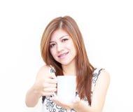 Donna asiatica che tiene un concetto della tazza Fotografie Stock