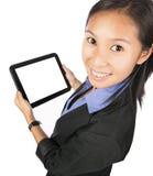 Donna asiatica che usando il computer o il iPad della compressa Fotografie Stock Libere da Diritti