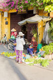 Donna asiatica che vende i caschi di banane Fotografia Stock Libera da Diritti