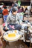Donna asiatica che vende tofu al mercato Bagan, Myanmar Immagine Stock