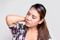 Donna asiatica con dolore della spalla Fotografia Stock Libera da Diritti