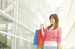 Donna asiatica con i sacchetti di acquisto Fotografia Stock Libera da Diritti