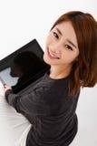 Donna asiatica con il computer portatile Fotografie Stock