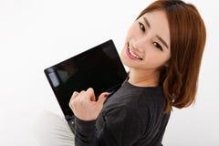 Donna asiatica con il computer portatile Immagine Stock