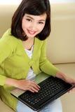 Donna asiatica con il computer portatile Immagine Stock Libera da Diritti