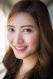 Donna asiatica con il fronte sorridente fotografia stock