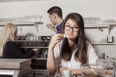 Donna asiatica con il maccherone francese Fotografie Stock Libere da Diritti