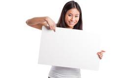 Donna asiatica con il manifesto in bianco fotografie stock
