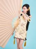 Donna asiatica con il nuovo anno cinese felice del fan di grande misura Fotografie Stock
