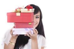 Donna asiatica con il presente di Christmast immagine stock libera da diritti