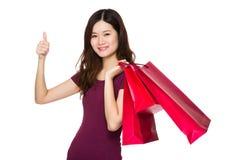 Donna asiatica con il sacchetto della spesa ed il pollice su Fotografia Stock