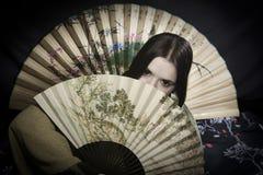 Donna asiatica con il ventilatore Fotografia Stock Libera da Diritti