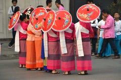Donna asiatica con l'ombrello fatto a mano rosso Fotografie Stock