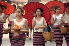 Donna asiatica con l'ombrello fatto a mano rosso Fotografie Stock Libere da Diritti