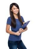 Donna asiatica con la lavagna per appunti Fotografia Stock Libera da Diritti
