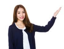 Donna asiatica con la mano che mostra segno in bianco Fotografie Stock